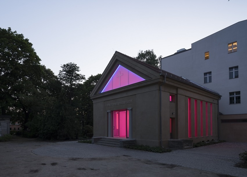 Exterior of the chapel at Dorotheenstädtischer Friedhof, Berlin with James Turrell's light installation visible inside. (c) Florian Holzherr